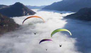 Vol au dessus des nuages avec voiles Epsilon marque advance pour illustrer l'organisation des stages d'initation